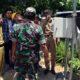 Rizal Moris, Kepala BPBD Bangkalan saat mencoba alat pendeteksi banjir