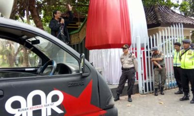 Risang Bima Wijaya saat berorasi didepan kantor Pemkaeb Bangkalan, Kamis (10/10/2019)
