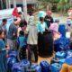 Warga Kecamatan Geger saat mendapat bantuan air bersih