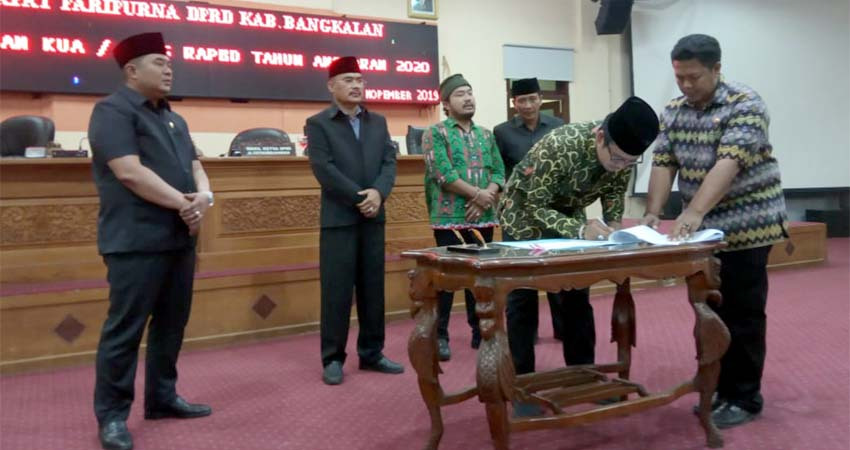 Bupati Bangkalan Menandatangani Berkas KUA PPAS, Kamis (7/11/2019)