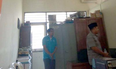 Komisi A sedang meninjau plafon atap kantor kecamatan Arosbaya yang mulai runtuh
