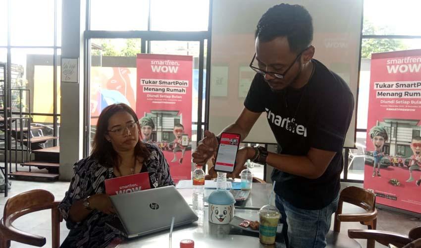 Regional Brand Activtion Manajer Smartfren, Alex Shella Hadysara saat menjelaskan produk