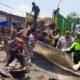 Kapolres Bangkalan AKBP Rama Samtama Putra saat memimpin pembersihan puing sisa kebakaran pasar tanah merah, Minggu (3/11/2019)
