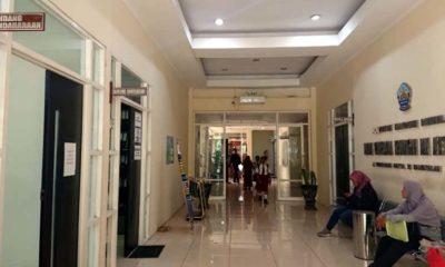Salah satu pengunjung sedang duduk di Lobby kantor BPKAD