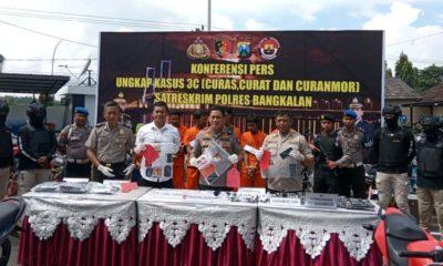 Kapolres Bangkalan AKBP Rama Samtama menunjukkan barang bukti kasus saat pers rilis, Rabu (12/2/2020)
