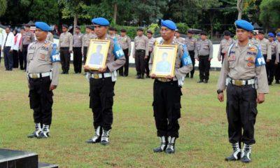 Petugas membawa foto kedua anggota saat diberhentikan secara tidak hormat