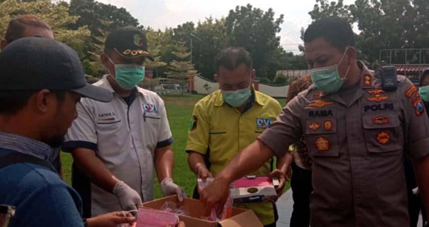 Cegah Penyebaran Corona, Polres Bangkalan Bagikan Masker dan Vitamin Untuk Wartawan