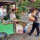 Kapolres Bangkalan Rama Samtama Putra saat bagikan sembako