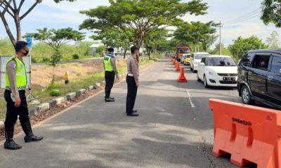 Petugas Satlantas Polres Bangkalan saat melakukan penyekatan di akses jalan dari suramadu