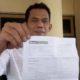 Mahmudi, Anggota Komisi A DPRD Bangkalan saat menunjukkan hasil tes swab/PCR Miliknya