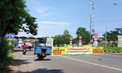 Seorang pengendara melintas di pintu gerbang jembatan Suramadu