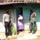 TNI-Polri membagikan sembako ke masyarakat