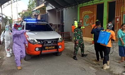 Penyemprotan oleh petugas di kelurahan pejagan