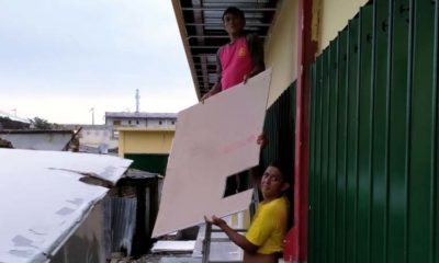 Tukang saat melakukan perbaikan plafon atap kios