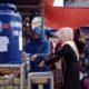 seorang pengunjung pasar membasuh tangan setelah berbelanja