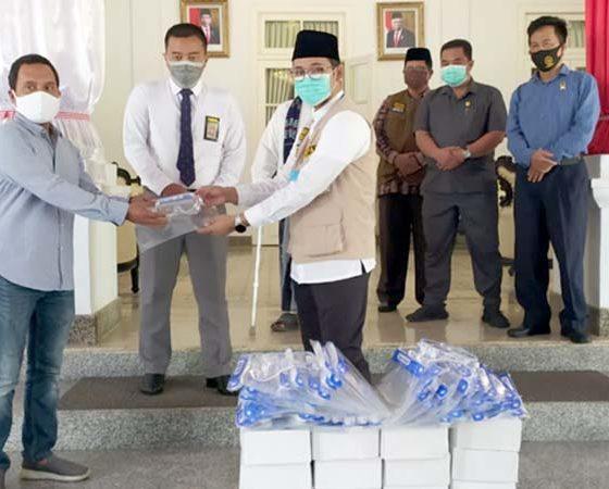 H Muhammad Imron Tohir saat memberikan bantuan APD ke Pemkab Bangkalan