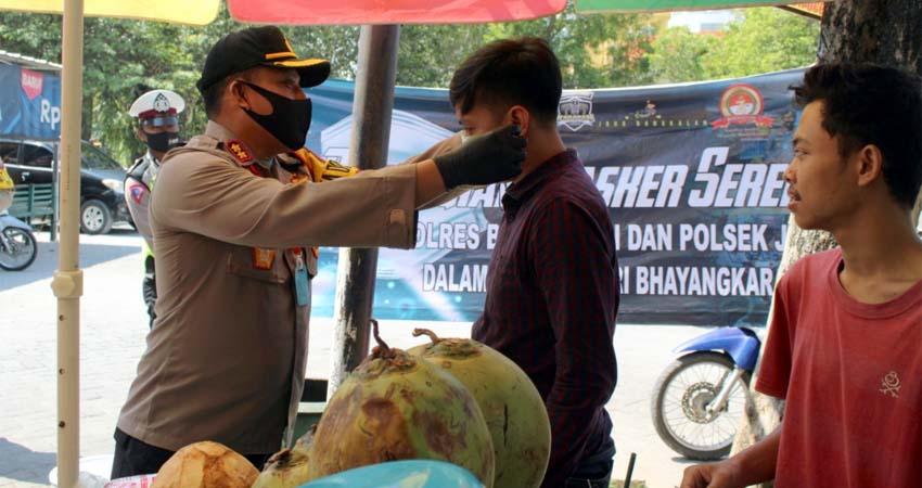 Kapolres Bangkalan Bagikan Masker