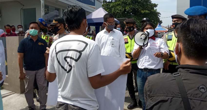 Suasana demo di BRI Bangkalan