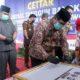 Wakil Bupati Bangkalan, Mohni saat menandatangani peresmian Terminal Tangguh