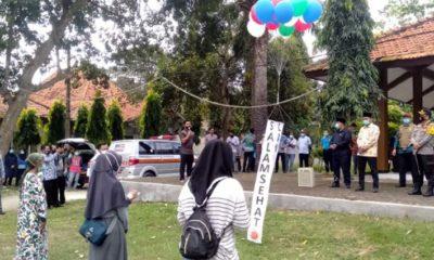 Bupati Bangkalan, R Abdul Latif Amin Imron saat melepas para pasien sembuh