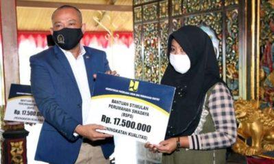Syafiudin Asmoro, Anggota Komisi V DPR RI saat memberikan bantuan pada masyarakat Bangkalan