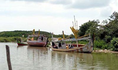 Sebuah kapal di sungai