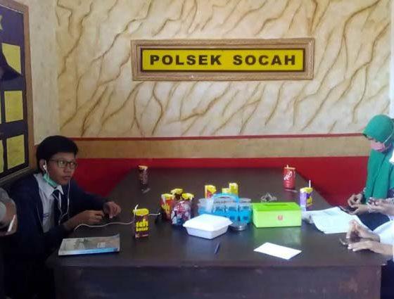 Petugas Polsek Socah saat mendampingi siswa belajar menggunakan wifi di Polsek Socah. (memo x/isn)
